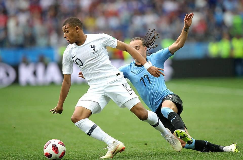 Kylian Mbappé v souboji proti Uruguayi.