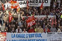 """Zaměstnanci veřejného i soukromého sektoru demonstrovali v lednu v Marseille. """"Krize je jejich, řešení na nás,"""" stojí na transparentu."""