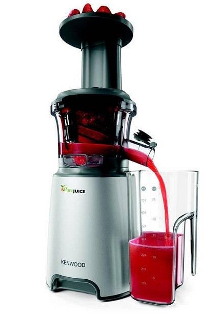 Odšťavňovač Kenwood JMP601SI Pure Juice, 4999Kč. Nízkootáčkový odšťavňovací mechanismus (60ot./min) dokáže ve vylisované šťávě zovoce a zeleniny zachovat všechny vitaminy a enzymy.