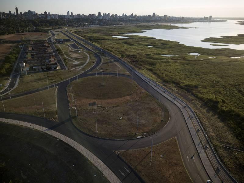 Silnice Costanera avenue, jeden z hlavních přístupových bodů do paraguayského hlavního města Asunciónu, běžně žije čilým dopravním ruchem. Dnes zeje prázdnotou.