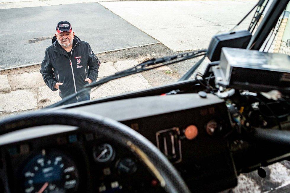 Legendární závodník Karel Loprais. S Tatrou 815 šestkrát ovládl Rallye Dakar.