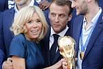 Oslava francouzských fotbalistů s prezidentem Emmanuelem Macronem.