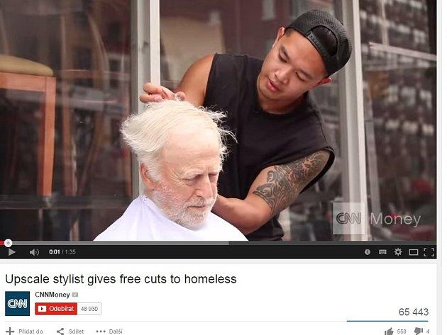 Vyhlášený kadeřník v New Yorku stříhá bezdomovce.