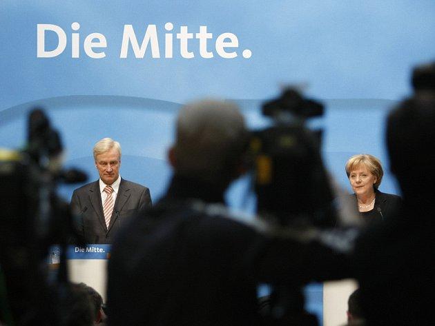 Předseda CDU Ole von Beust a německá kancléřka Angela Merkelová na tiskové konferenci.