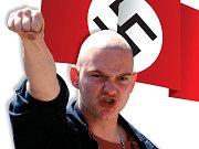 Hra neonacistů na vojáky. Dýmovnice a slzotvorné granáty mají udělat bojovnější atmosféru.
