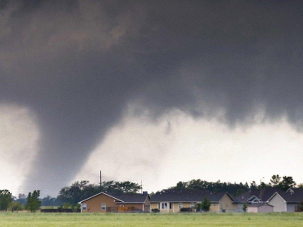Stát Oklahoma na jihu USA ve středu zasáhlo několik silných tornád. Zatím nejsou hlášeny oběti na životech nebo zranění, ale bylo poničeno několik domů i automobilů.