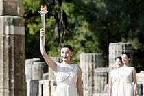 Řecká herečka Maria Nafpliotou drží zažehnutou pochodeň při slavnostním ceremoniálu v Olympii.