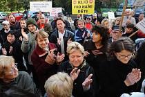 Před budovou středočeského krajského úřadu v Praze se 18. října sešli zástupci obcí sdružených v iniciativě Stop Letišti Vodochody. Zhruba 70 lidí protestovalo proti plánovanému rozšíření letiště, které bude mít podle nich nepříznivý dopad na okolí.