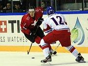 Tomáš Pavelka (vpravo) pozorně brání Lukase Balmelliho ze švýcarského celku.