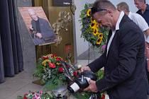 Poslední rozloučení s filmovým kaskadérem Jaroslavem Tomsou, který zemřel 4. srpna ve věku 85 let, se konalo 11. srpna v Praze. Bývalý boxer Rostislav Osička položil k jeho rakvi boxerské rukavice.