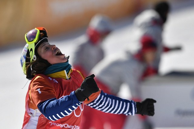 Eva Samková se raduje z bronzové medaile ve snowboardcrossu.