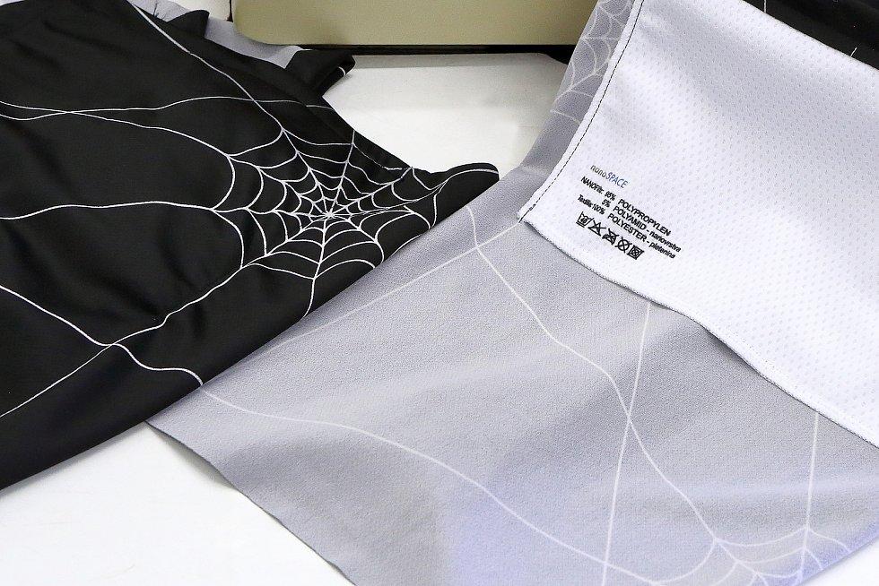 Filtr z nanovlákna v textilní kapse, která se všije na vnitřní stranu šátku.
