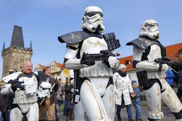 Desítky příznivců Hvězdných válek dnes dopoledne prošly centrem hlavního města u příležitosti Star Wars Day, tedy světového dne Hvězdných válek.