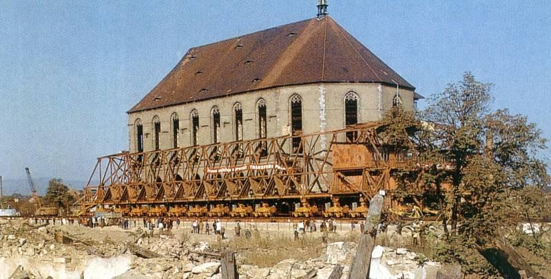 Unikátní přesun kostela probíhal na 153 vozících řízených speciálním softwarem. Dívat se na něj chodily tisíce lidí