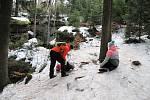 Pulčínské ledopády lákají každoročně na neobvyklou podívanou. Lidé je berou útokem a nerespektují pravidla CHKO Beskydy. Přístupová cesta je v únoru 2021 zledovatělá.