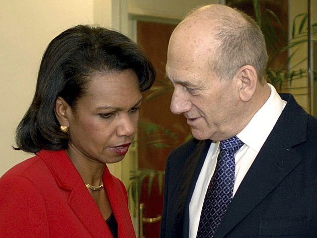 Americká ministryně zahraniční Condoleezza Riceová s izraelským preniérem Ehudem Olmertem.