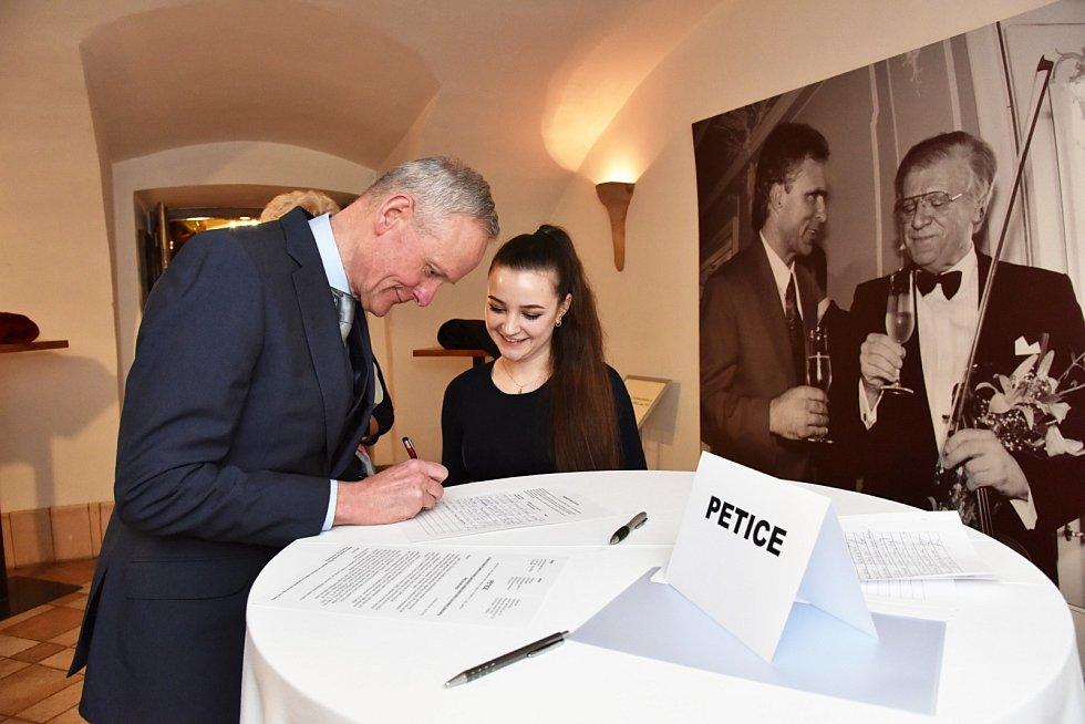 Závěrečný koncert z cyklu Sukův hudební Štiřín zaznamenal rekordní účast. Na snímku bývalý ministr zahraničí Cyril Svoboda.