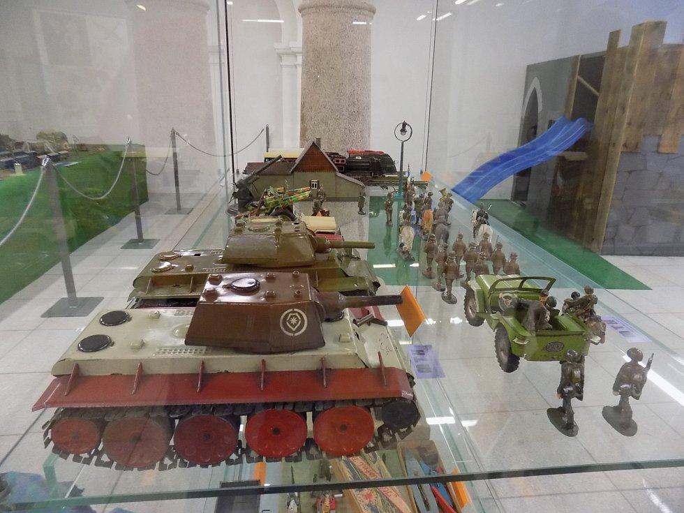 Hračky vsocialistickém Československu. Tanky Zbrojovky Brno, 1947-1948 na výstavě Muzea technických hraček v Jindřichově Hradci