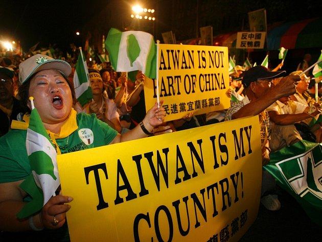 Tchajwanští demonstranti dávají při příležitosti čínské návštěvy najevo odpor proti názoru Pekingu - na plakátech stojí Tchajwan není součástí Číny a Tchajwan je má země.