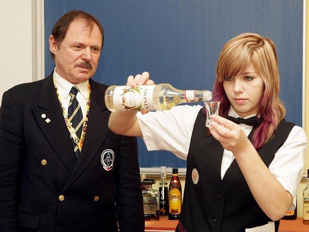 Mistr světa a několikanásobný barman roku Karel Zapalač vedl na hotelové škole v Třebechovicích pod Orebem barmanský kurz.