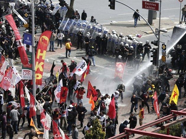 Istanbul se kvůli dnešním prvomájovým oslavám, které v Turecku obvykle přecházejí v protivládní demonstrace, změnil na policejní ležení.