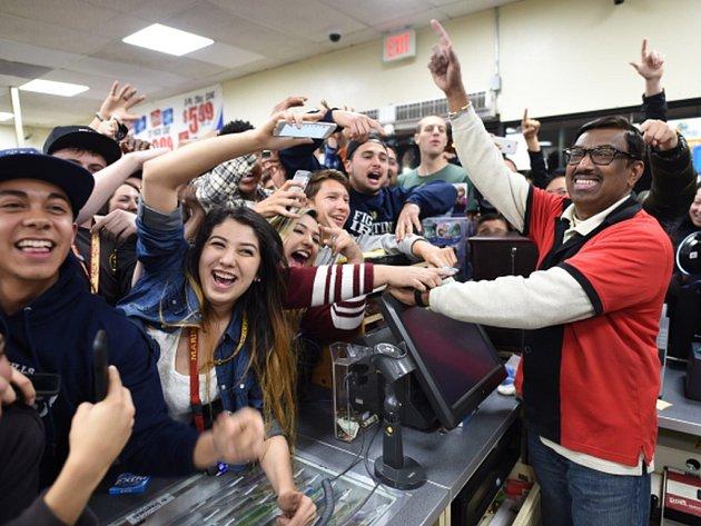 Ve Spojených státech pravděpodobně padl rekordní jackpot, když v loterii Powerball získal zatím neznámý výherce dosud nejvyšší výhru 1,59 miliardy dolarů.