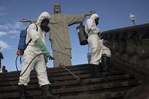 Dezinfikování u sochy Krista Spasitele