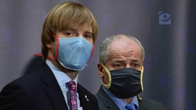 Ministr zdravotnictví Adam Vojtěch (vlevo), jeho náměstek Roman Prymula (vpravo).
