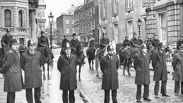 Downing Street po nástupu Margaret Tchatcherové.do funkce premiérky. I přes ochranu se sídlo hlavy britské vlády stalo terčem útoku