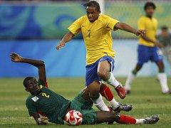 Z utkání Brazílie proti Kamerunu v souboji Anderson (nahoře) a Albert Baning (ve skluzu).