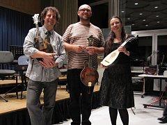 Mandolinisté světového věhlasu Mike Marshall a Caterina Lichtenberg zahrají 25. května v plzeňské Měšťanské besedě. Uprostřed přední český mandolinista Petr Vrobel z Plzně, který má na přípravě výjimečného koncertu doslova lví podíl.
