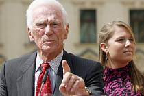 Americký astronaut českého původu Eugene Cernan v roce 2008 navštívil Českou republiku. V pozadí Cernanova vnučka Ashley.