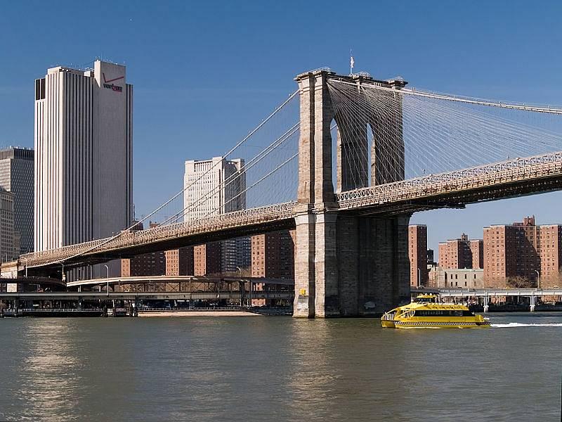 Brooklynský most spojuje Long Island s Manhattanem. Po tomto mostě projedou i všichni obyvatelé Manhattanu, kteří míří ke svým domům na Oak Islandu. Z Long Islandu do cíle pak dorazí na lodi.
