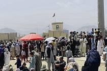 Davy lidí shromážděné u mezinárodního letiště v afghánské metropoli Kábulu, 17. srpna 2021