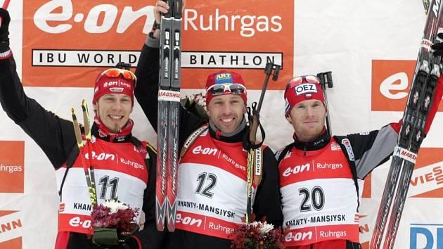 Z vítězství závodu na 15 km s hromadným startem se radoval Polák Tomasz Sikora (uprostřed). Michal Šlesingr (vpravo) získal bronz. Pro stříbro si doběhl Němec Daniel Graf.