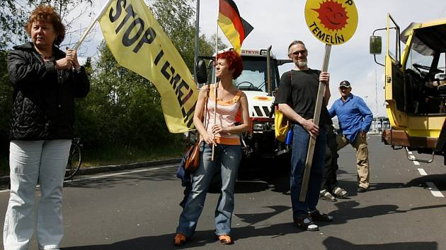 Odpůrci atomu zablokovali na dvě hodiny 12 ze 16 hraničních přechodů s Rakouskem, aby protestovali proti údajnému nedodržování bezpečnostních dohod z Melku.