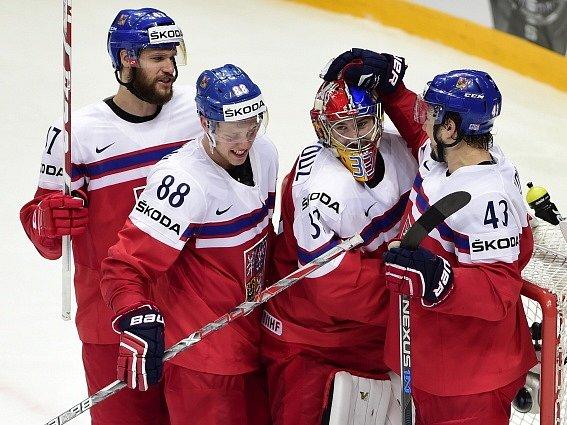 Čeští reprezentanti (zleva) Michal Jordán, David Pastrňák, Pavel Francouz a Jan Kovář se radují z vítězství.