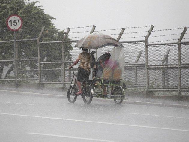 Tajfun Utor zasáhl Filipíny v hornaté provincii Aurora s větrem o rychlosti 175 kilometrů v hodině s nárazy do 210 kilometrů v hodině.