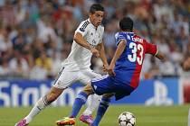 James Rodrígue z Realu Madrid (vlevo) a Mohamed Elneny z Basileje.