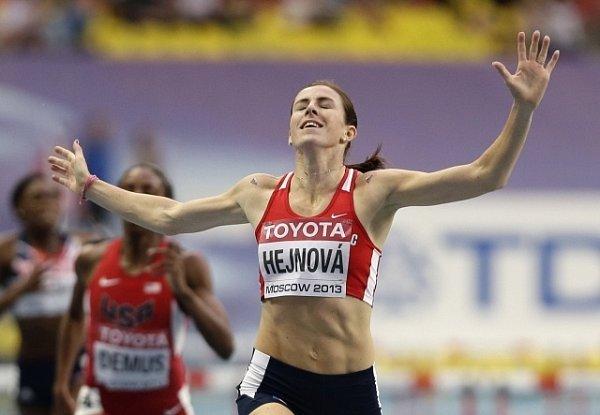 Zuzana Hejnová probíhá jako první cílem finálového běhu mistrovství světa vMoskvě.