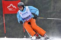 Skifař Ondřej Synek během exhibičního obřího slalomu v Harrachově.