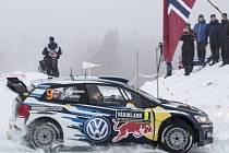 V čele Švédské rallye je norský pilot Andreas Mikkelsen.