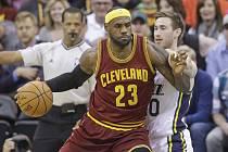LeBron James z Clevelandu se snaží prosadit proti Utahu.