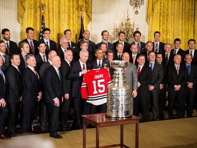 Hokejisté Chicaga se Stanley Cupem u prezidenta Spojených států amerických Baracka Obamy.
