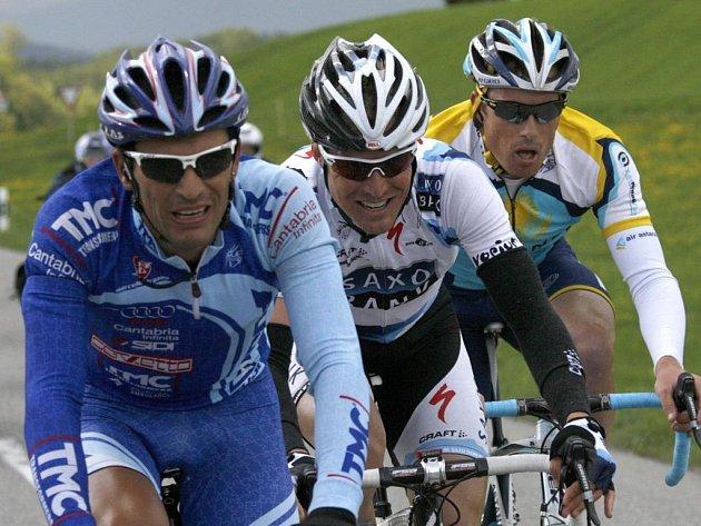 Nejrychlejší trio úvodní etapy závodu Kolem Romandie. Zleva Ricardo Serrano, Lars Ytting Bak a Grégory Rast.