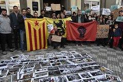 Lidé přišli 3. října před španělské velvyslanectví v Praze vyjádřit nesouhlas s postupem španělské vlády vůči obyvatelům Katalánska