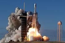 Raketa Falcon Heavy úspěšně podnikla první komerční let.