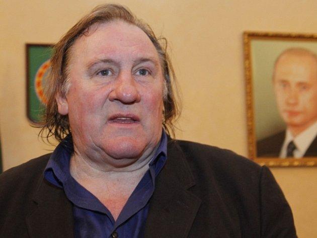Francouzský herec Gérard Depardieu stáhl své odvolání proti rozsudku prvoinstančního soudu, který ho loni v červnu za řízení motocyklu v opilosti odsoudil k pokutě 4000 eur (téměř 110.000 korun) a šestiměsíčnímu zákazu řízení.
