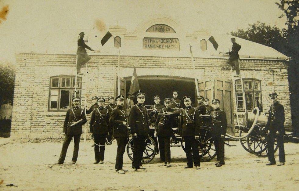 Hasičsská zbrojnice ve vesničce Český Závidov u východní hranice tehdy polské Volyně