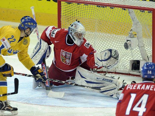 Niklas Persson se snaží překonat českého gólmana Jakuba Štěpánka.